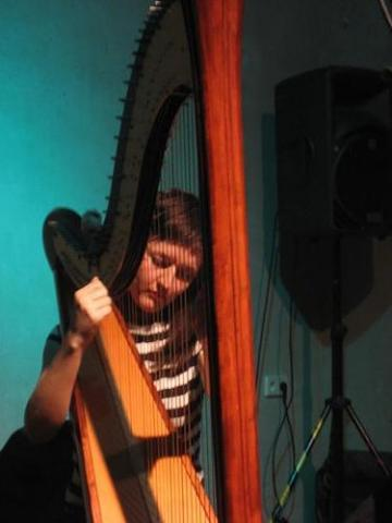 Clare Cooper (guzheng, harp) solo. Ausland, Berlin Germany 2007. Photo S.Langely